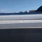 Silné poškození rohu střechy karavanu - možná se někam nevešel na výšku při parkování