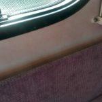 Zatečení pod bočním oknem karavanu
