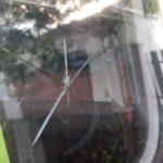 Rozbitá vnější část okna karavanu