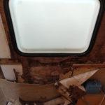 Zatečení do karavanu pod oknem